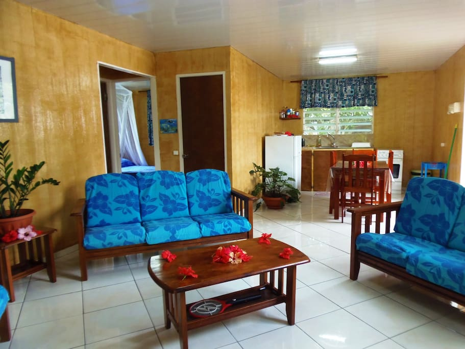 Fare (maison) jumelés avec un salon TV TNT, brasseur d'air et une cuisine entièrement équipée (minima de cuisine: huile, sel, poivre, vinaigre...)