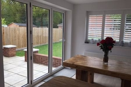 Modern family home in a beautiful English village - Hartley Wintney - บ้าน