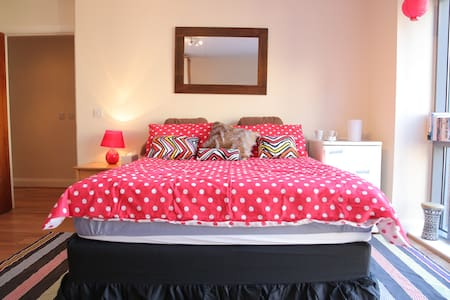 "This private room ""Large En Suite Room in Dublin City!"" is located in a modern apartment in the HEART in Dublin's City Center! Dublin is LITERALLY on your doorstep! This includes TONS of pubs, restaurants, shopping, music, and galleries!"