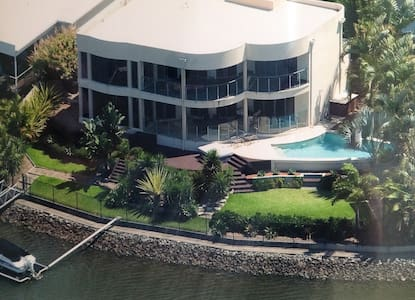 Superb waterfront executive home. Near Theme Parks - Helensvale