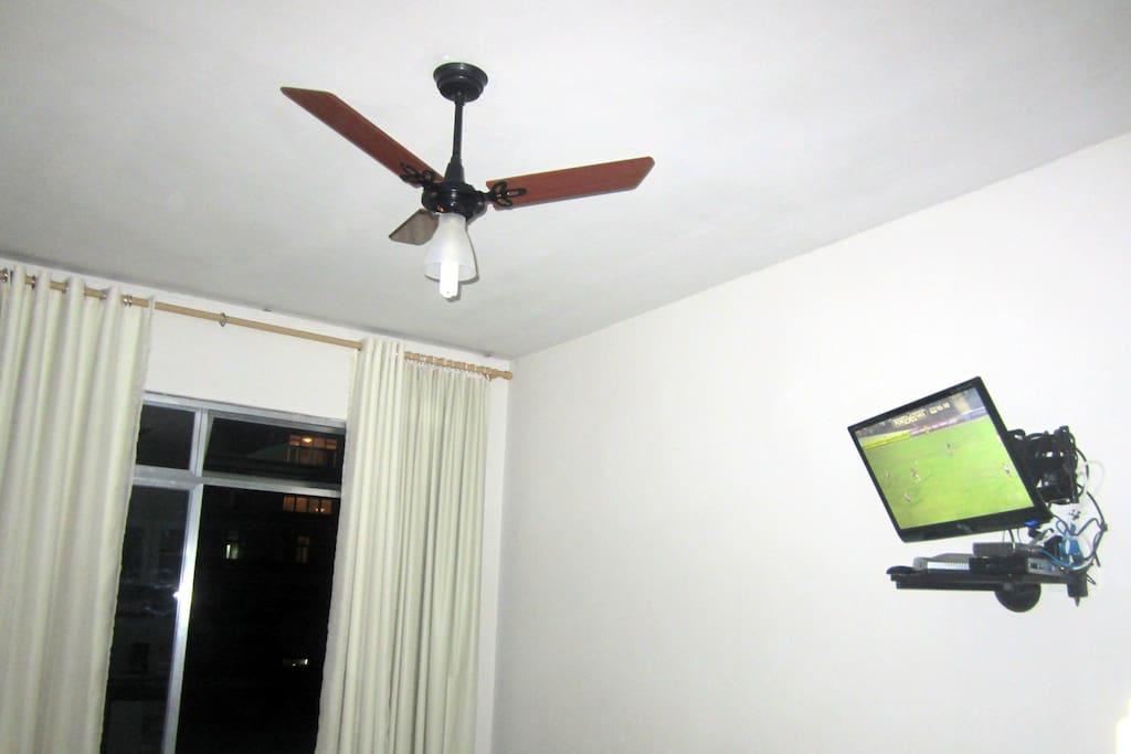 Tv e ventilador de teto