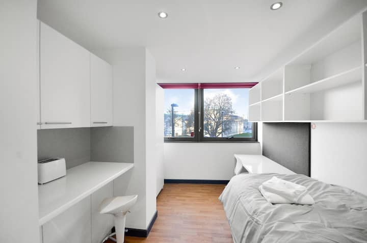 ★☼Bright Studio Near East Park ☼★