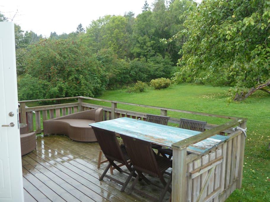 Liten terrasse, stor hage.