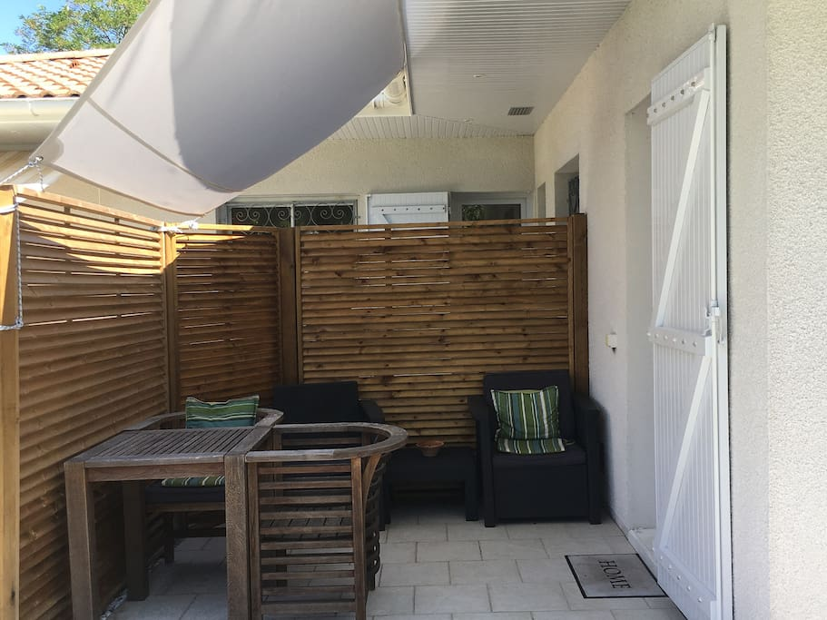 Terrasse privative avec sa voile d'ombrage