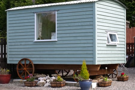 B&B shepherd's hut at Loch Lomond - Rowardennan