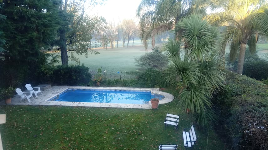 chalet en country con vista al golf. ideal parejas