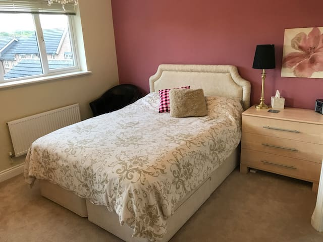 Bright, king bed suite w/ en-suite & breakfast