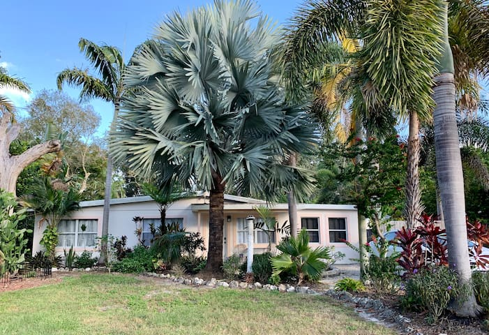 Centrally Located • Close to Pinecraft • Sleeps 6