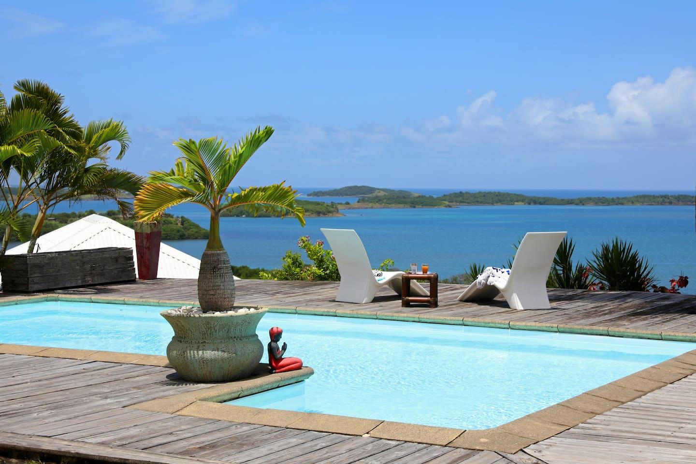 Ambiance Zen avec la piscine au sel et la vue sur les îlets du François. Les petits déjeuners deviennent inoubliables.