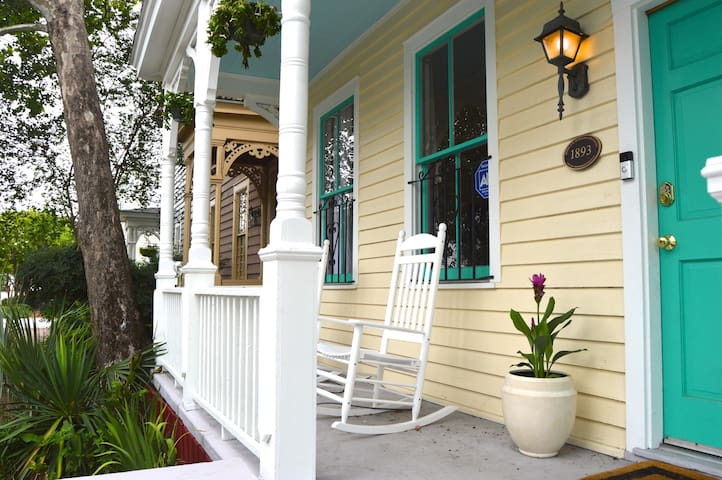 Historic Savannah Home just blocks from Forsyth