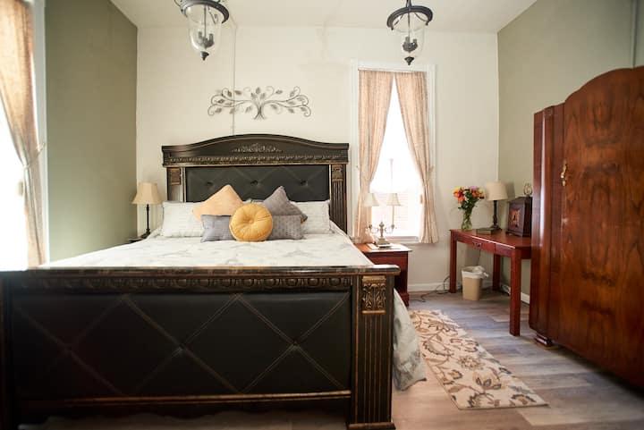 "Rooms on Cherry - ""The Mark Twain Room"""