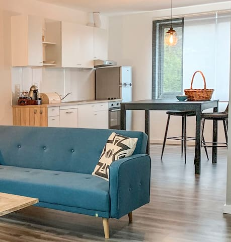 Woonkamer, keuken, modern ingericht en van alle gemakken voorzien.