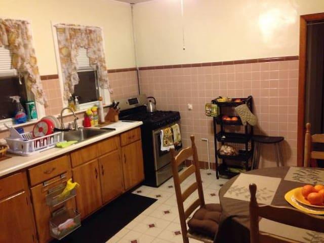 Furnished room/ClosetoTrainStation/near BostonArea - Somerville - Appartement