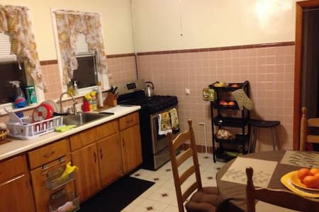Furnished room/ClosetoTrainStation/near BostonArea - 萨默维尔 - 公寓