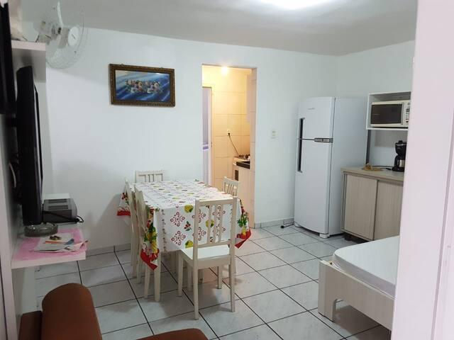 Sala com Cama de Casal e TV 32'