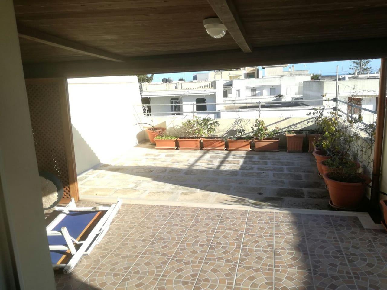 Ampio terrazzo con tettoia e sdraio. Ottimo per pranzi e cene all'aperto. Ideale anche per rilassarsi dopo una giornata di mare.