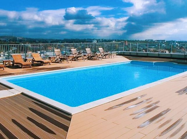 SWIMMING POOL AND JACUZZI ON THE ROOF!!!