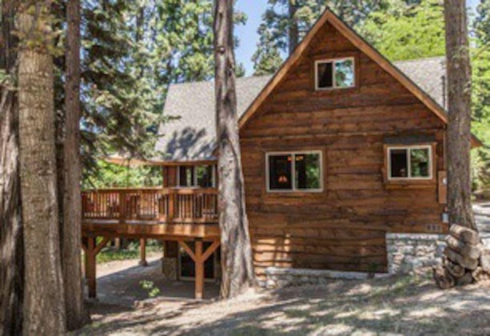 Hidden Pines Lodge with wrap-around deck