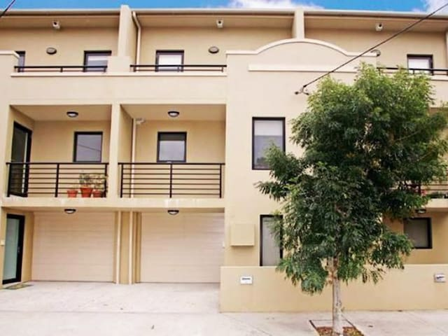 Single room in modern terrace 4km/2.5mi to Sydney! - Erskineville - Reihenhaus