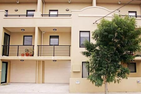Single room in modern terrace 4km/2.5mi to Sydney! - Erskineville - Townhouse