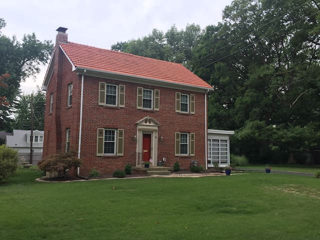 Exceptional Alton/Godfrey Home away from Home