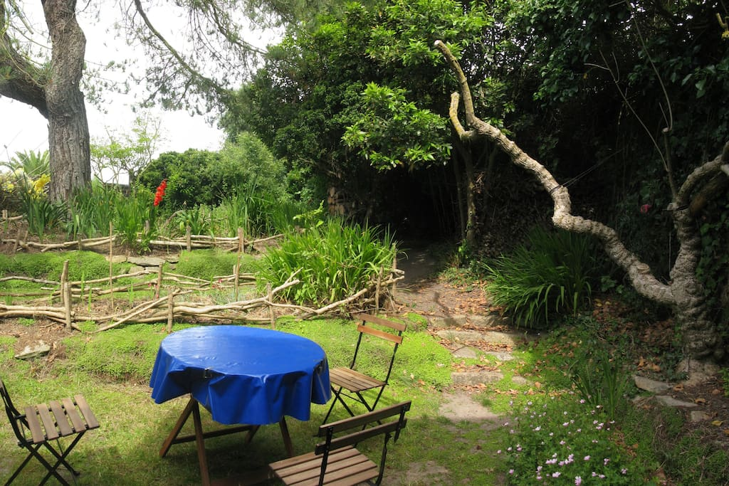 Les pentys au jardin houses for rent in santec bretagne for Au jardin guest house welkom