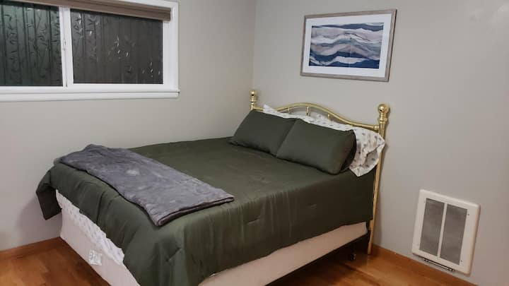 Cute and Quaint Queen Room - Close to hospital