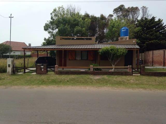 Casita a 3 cuadras de la playa, parrilla y cochera - Mar del Plata - House