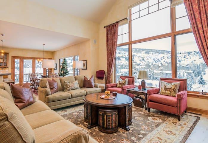 Grand 5BR Estate w/ Hot Tub, Sauna & Mountain View