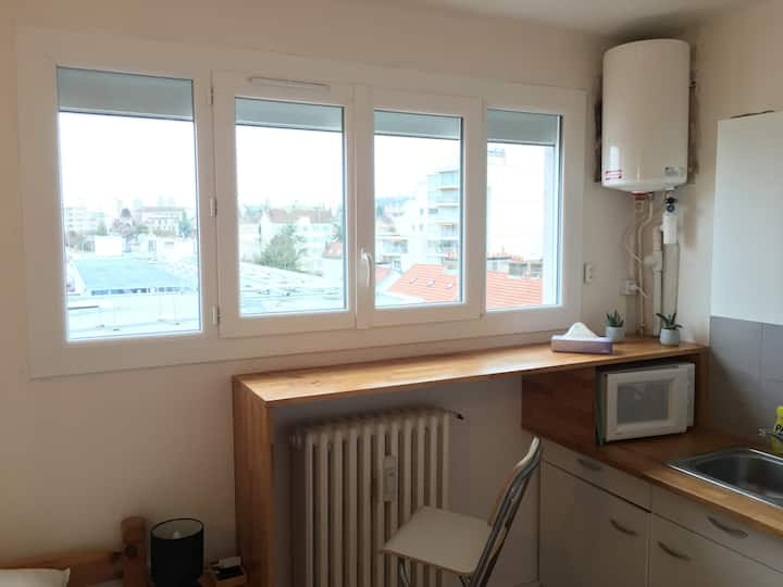 Bright, cosy studio next to Dijon station/city ctr