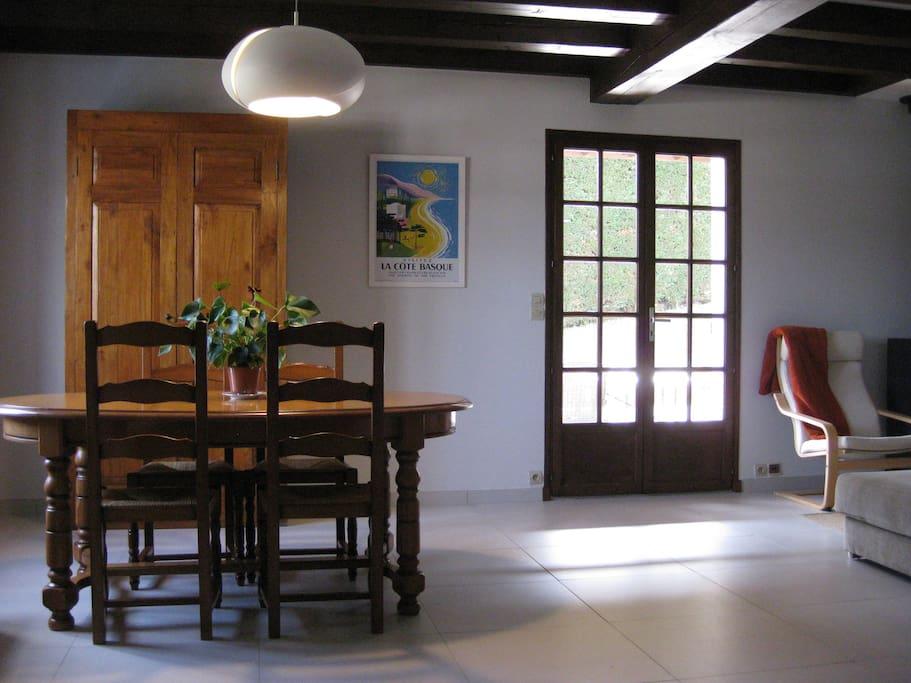 Salle à manger avec table en bois massif qui s'agrandit