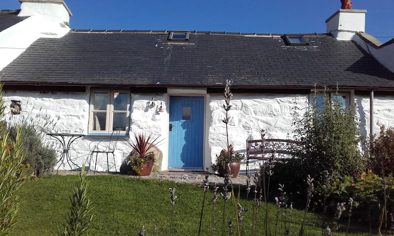One bed characterful stone cottage in Snowdonia - Garndolbenmaen - House