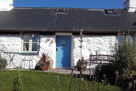 One bed characterful stone cottage in Snowdonia - Garndolbenmaen