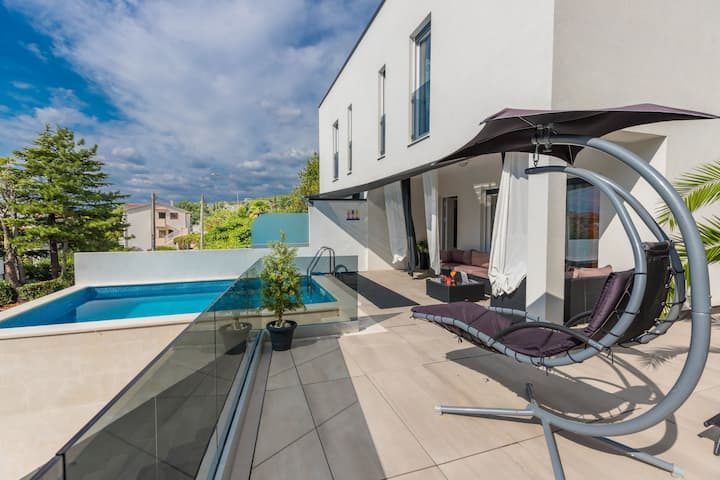 Four bedroom Villa, 200m from city center, seaside in Selce (Crikvenica), Outdoor pool