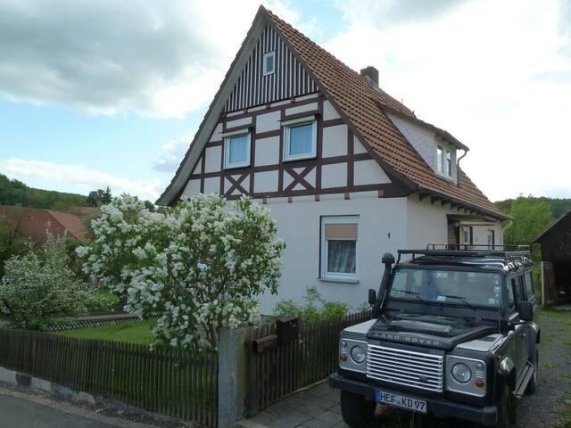 Kleines Haus mit schönem Garten - Nentershausen - Casa