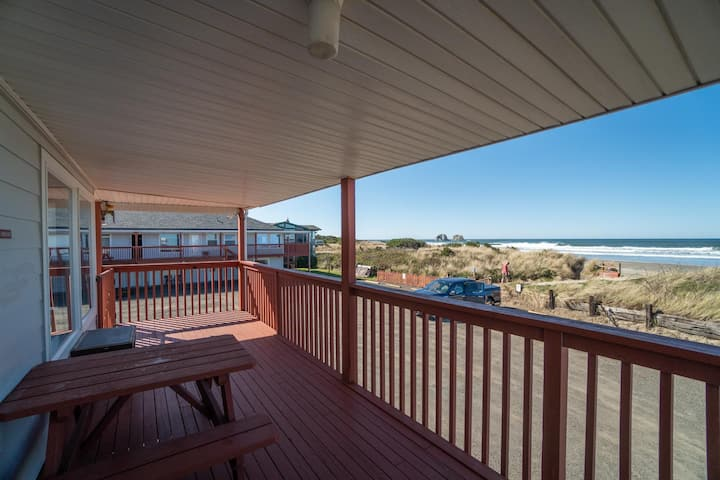 Experience Affordable Oceanfront Lodging at this 2 Bedroom in Rockaway Beach!