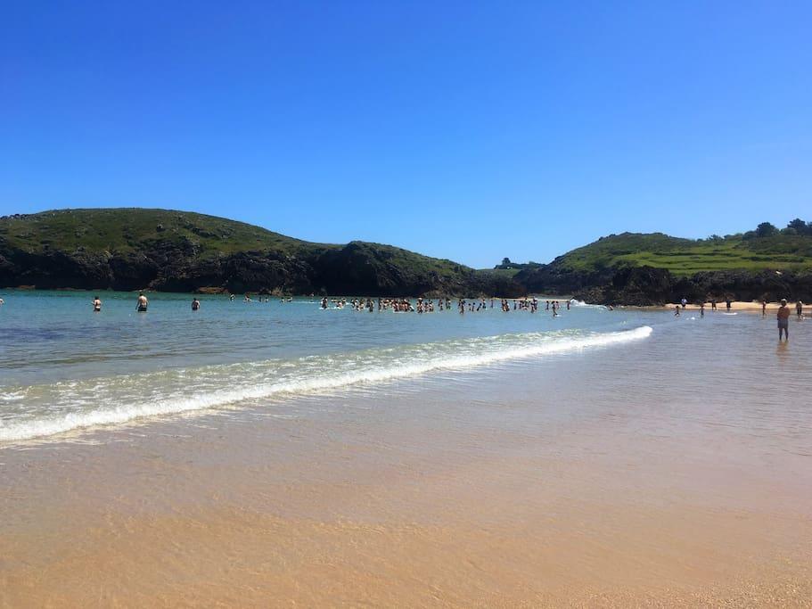 Playa de Barro, Llanes. La arena es fina y el agua transparente