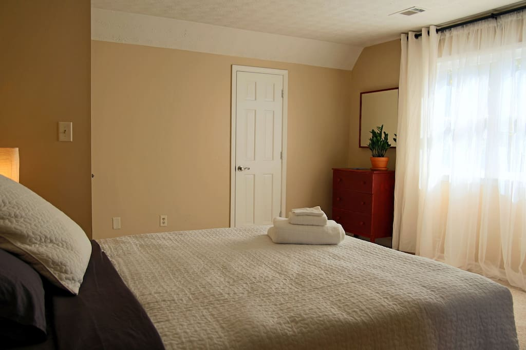 Large room with a calming feel and cozy, Queen-sized bed with cotton sheets