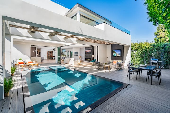 PRIVATE BACKYARD, HEATED POOL & HOT TUB, BBQ, LOUNGE, ABSOLUTE PRIVACY