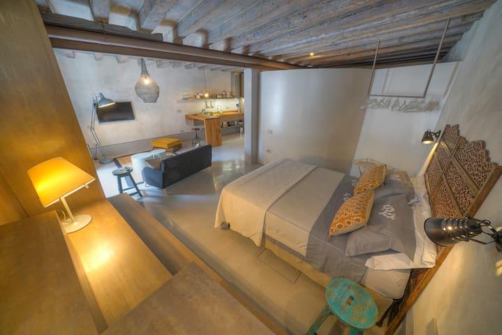 Ambiente unico e design,completamente ristrutturato . Summer look with cotton&linen. Comfort and design.