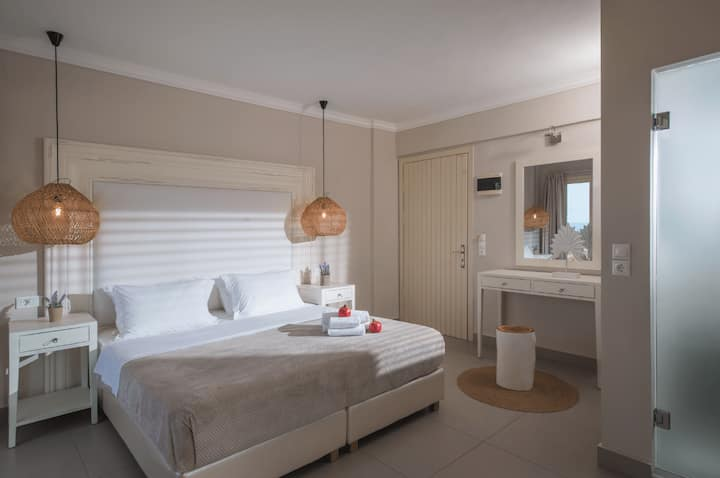 Deluxe Mini Suite Sea View Shared Pool(A8)+BB