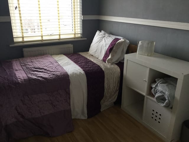 Single room near airport bus route and bottleyard