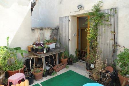 maison d hotes avec terrasse dans die - Rumah