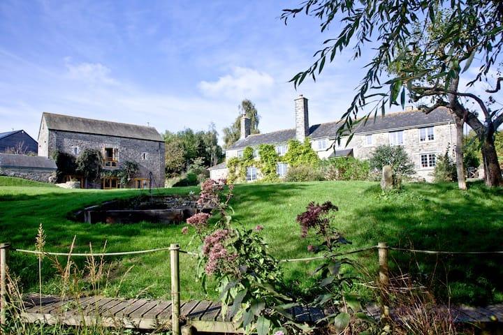 Luxury farmhouse and barn set in beautiful gardens