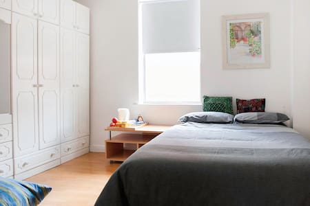 Cozy sunny double bedroom in central South Dublin - Dublin - Reihenhaus