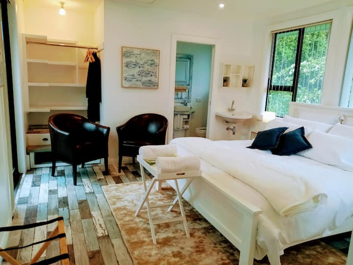 Sunny KING ENSUITE w patio: Luxury stay for 2