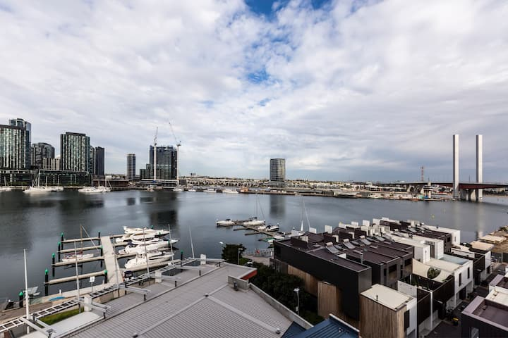 Docklands Unit Near Marvel Stadium with Parking