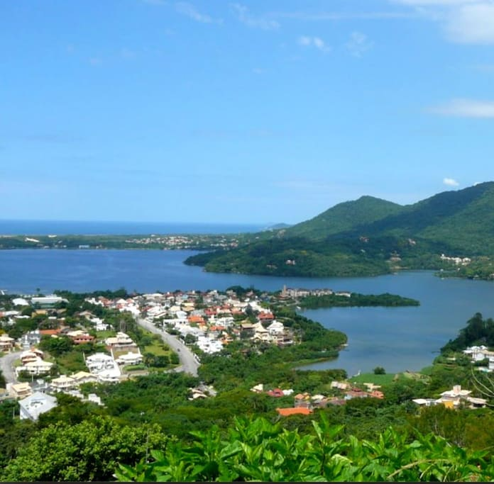 Local com a Lagoa e vista da praia da Joaquina.