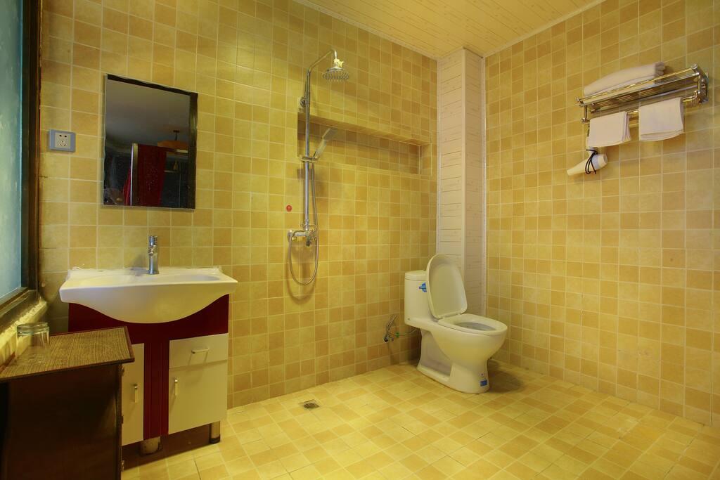 舒适家庭房,整体35平米,两张大床,1米8加1米8或1米8加1米5的床,独立卫生间。24小时热水。免费WIFI。