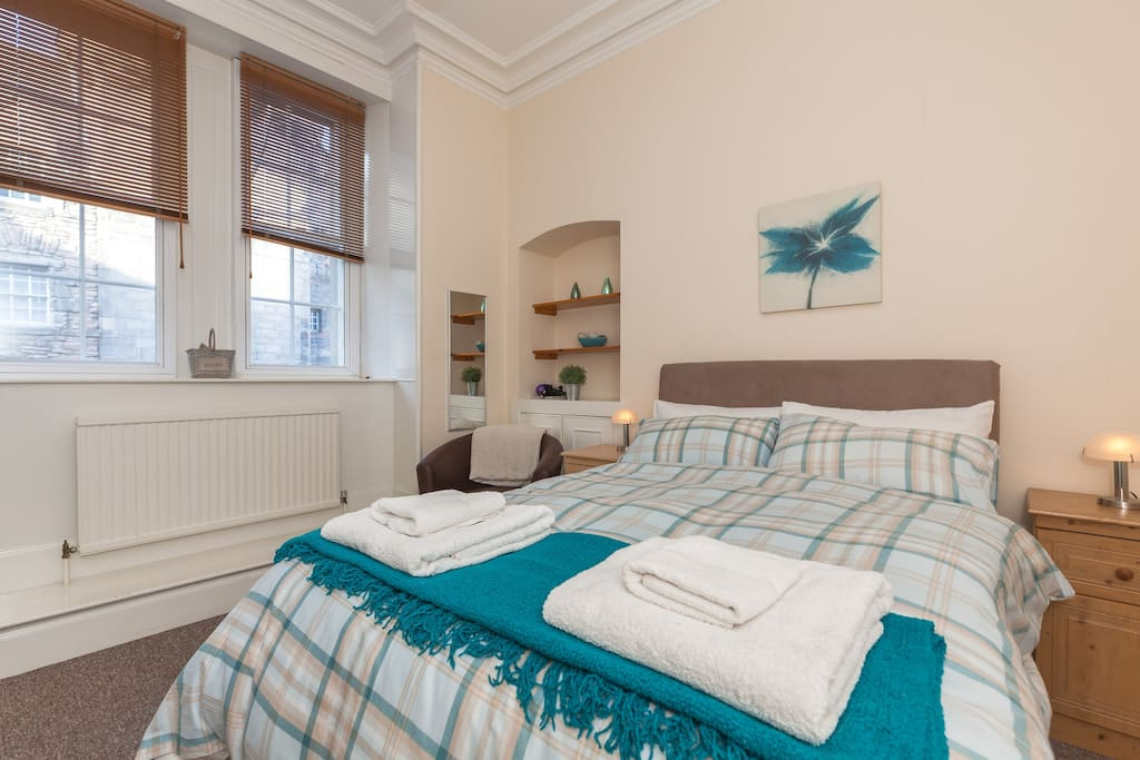 2nd spacious, comfortable double bedroom overlooking the Royal Mile - all bed linen and towels provided....